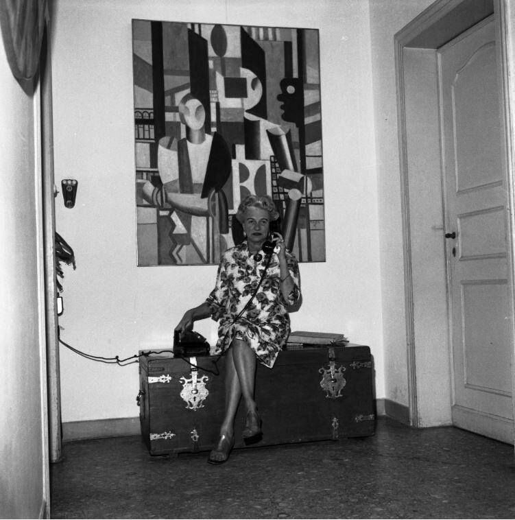 Peggy Guggenheim a Palazzo Venier dei Leoni, Venezia, primi anni '60. Alle sue spalle Fernand L&eacute;ger<i>, Uomini in citt&agrave;&nbsp;</i>(<i>Les Hommes dans la ville</i>), 1919.&nbsp;