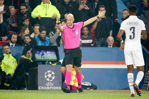 À Madrid, la VAR a rendu fou les Parisiens (photo d'illustration de l'arbitre du match aller,...