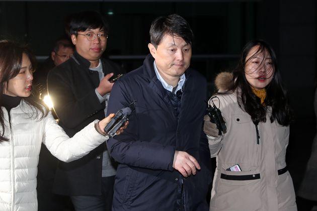 유재수 부산시 경제부시장이 22일 새벽 서울 송파구 서울동부지방검찰청에서 조사를 마친 뒤 귀가하고