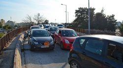Γέμισε ελαιόλαδο η λεωφόρος Βουλιαγμένης - Μετ'εμποδίων η κυκλοφορία στη