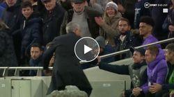 Mourinho abbraccia il giovane raccattapalle.