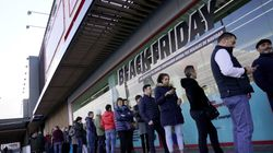 Black Friday: Ζευγάρι χρεώνει πελάτες για να τους κρατάει τη θέση στην