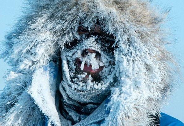 Mike Horn, accompagné de son acolyte Borge Ousland, est actuellement en pleine traversée des pôles Arctique en skis. (Photo prise au Pôle Nord en 2015)