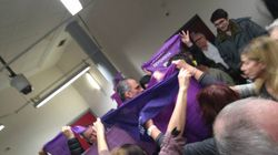 Un grupo de mujeres recibe a Ortega Smith al grito de