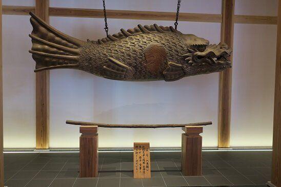 柏樹關の玄関にある魚鼓