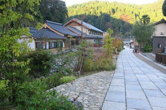 石畳の参道 参道と周囲の山の風景が溶け合っている。