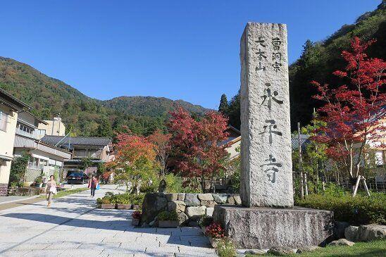 再生した「参道」入口の石柱