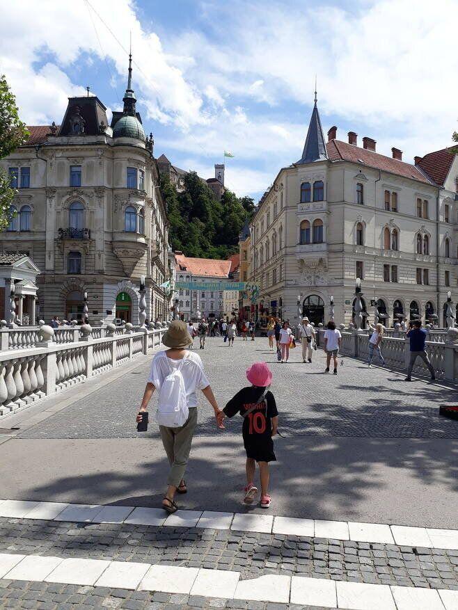지난해 7월7일 슬로베니아 류블랴나 삼중교에서 김상오씨의 부인과 딸이 손을 잡고 걸어가고 있다.