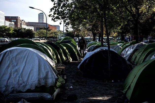 Aux abords de la porte d'Aubervilliers, dans le nord de Paris, quelque 2.000 personnes vivent à...