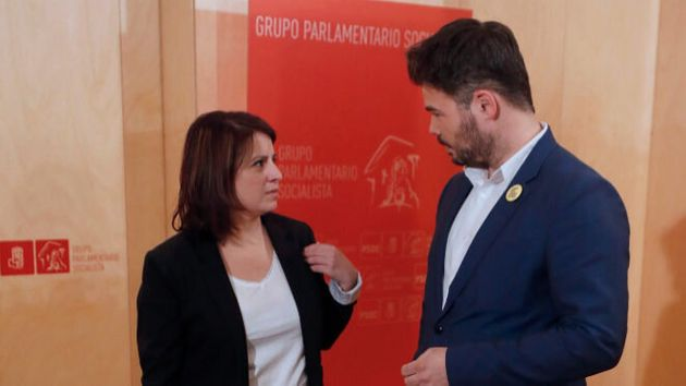 La portavoz del Grupo Socialista en el Congreso, Adriana Lastra (i), junto al portavoz parlamentario...