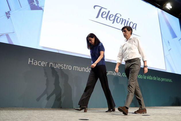 El presidente ejecutivo del Grupo Telefónica, José María Álvarez-Pallete (d), junto a la directora general...