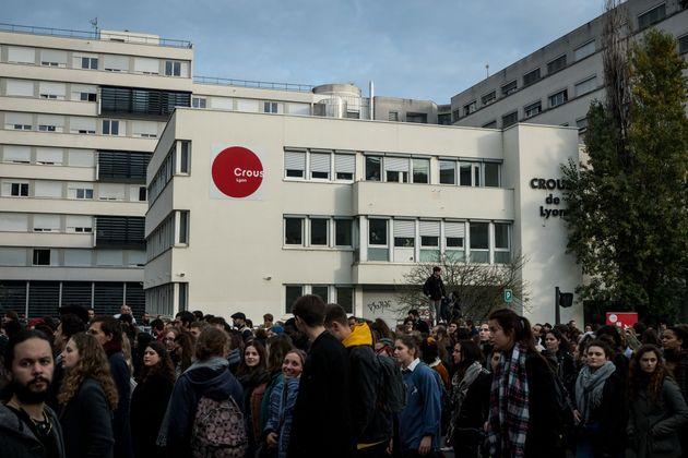 Des étudiants lyonnais se sont rassemblés mardi 26 novembre devant le Crous de Lyon pour...