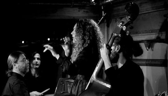 Μια εμπειρία στο καλό ελληνικό τραγούδι, με ευρωπαϊκή κομψότητα και