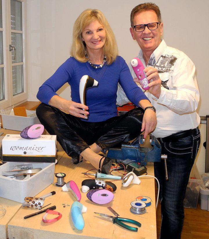 Michael Lenke y su mujer, Brigitte, junto a varios modelos de Womanizer.