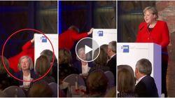 Merkel sale sul palco e inciampa. Poi scherza: