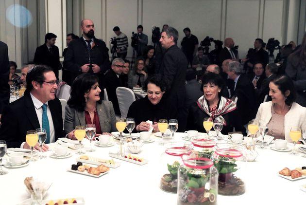 Las ministras en funciones de Trabajo, Magdalena Valerio (c) y Educación, Portavoz, Isabel Celaá...