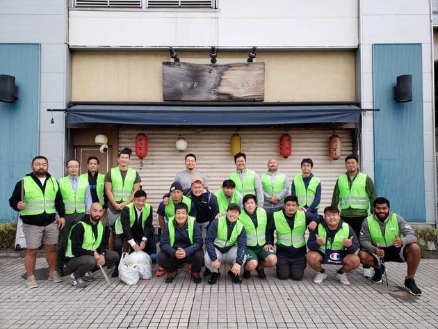 ゴミ拾いなど地元での地域貢献にも熱心に取り組むダイナボアーズの選手たち