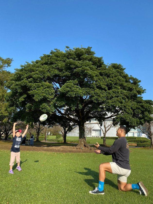 川上選手と病児の姉のラグビーパス練習
