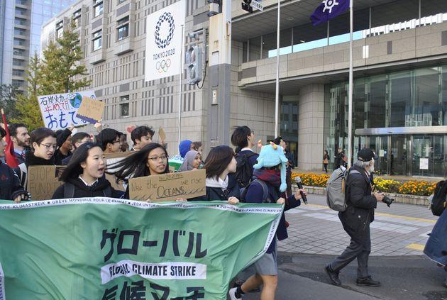 東京都議会議事堂に呼びかけるマーチ参加者たち