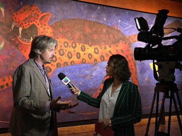 Valeria León, autora del texto, durante una entrevista con el director del CPJ, Jan-Albert