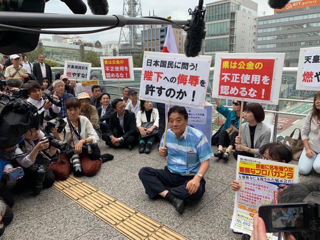 「表現の不自由展」再開に抗議して座り込みのパフォーマンスを行った河村たかし名古屋市長