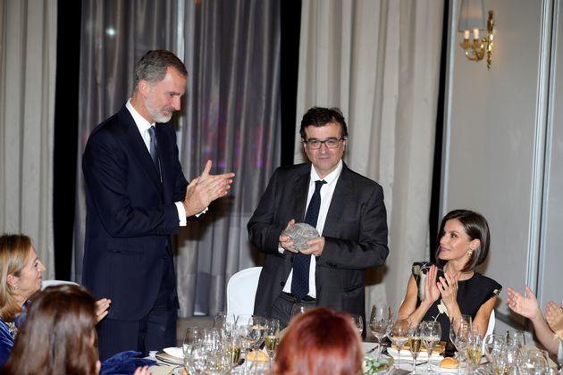 El rey Felipe VI (i), y la reina Letizia (d) entregan el XXXVI Premio de Periodismo