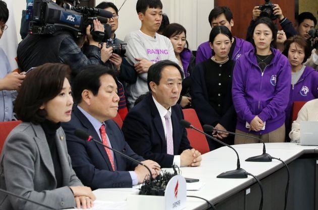 어린이교통사고피해자 가족들이 29일 서울 여의도 국회에서 나경원 자유한국당 원내대표의 기자회견을 지켜보고 있다.