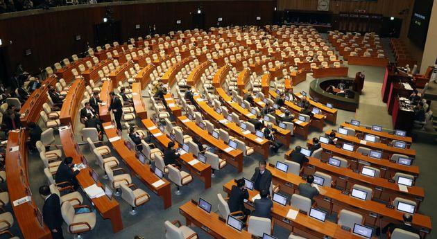 29일 서울 여의도 국회에서 열린 371회 국회(정기회) 제12차 본회의에 개의 예정시간 1시간이 지나도록 본회의가 열리지 않고
