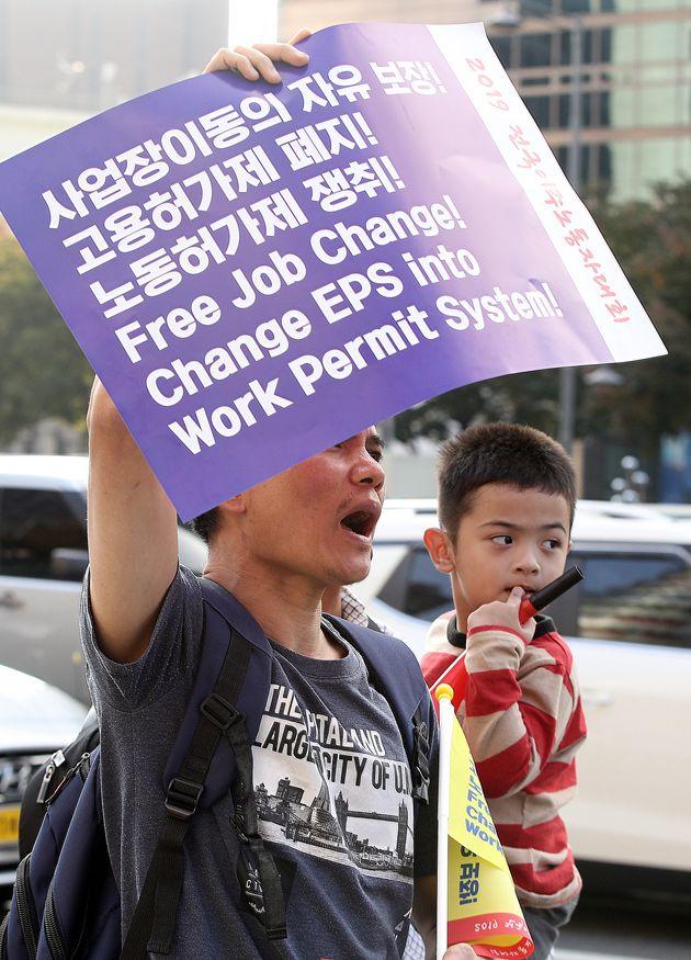 10월 20일 서울 중구 파이낸스센터 앞에서 열린 전국이주노동자대회에서 참가자들이 이동의 자유를 촉구하며 청와대 방향으로 행진하고