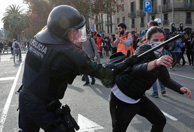 10.000 γκλοπς αγοράζει η αστυνομία στην Ισπανία - Τα έχει ανάγκη μετά τις διαδηλώσεις στην