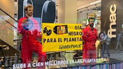 Greenpeace despliega una pancarta en Madrid contra la