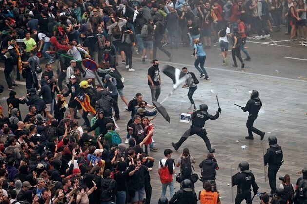 Mossos d'Esquadra cargan contra las miles de personas se agolpan ante el Aeropuerto del
