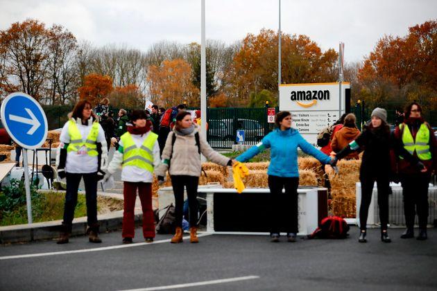 Des militants de ANV-COP 21 et des Amis de la Terre bloquent un dépôt Amazon à Brétigny-sur-Orge...