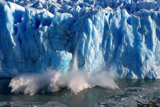 Imagen de archivo de grandes bloques de hielo cayendo sobre el Canal de los Témpanos, en Santa Cruz (Argentina),...
