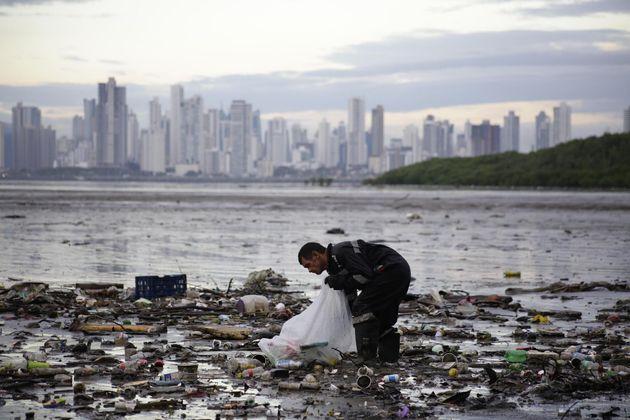 Un activista recoge desperdicios en la contaminada Bahía de