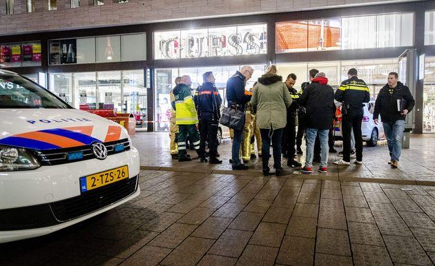 La police arrive dans la Grote Marktstraat après l'attaque au couteau, ce vendredi 29 novembre...