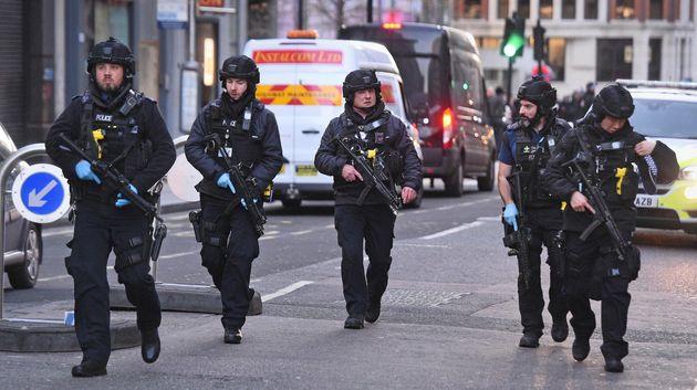 Des policiers près de la scène de l'attaque au couteau ce vendredi 29 novembre à