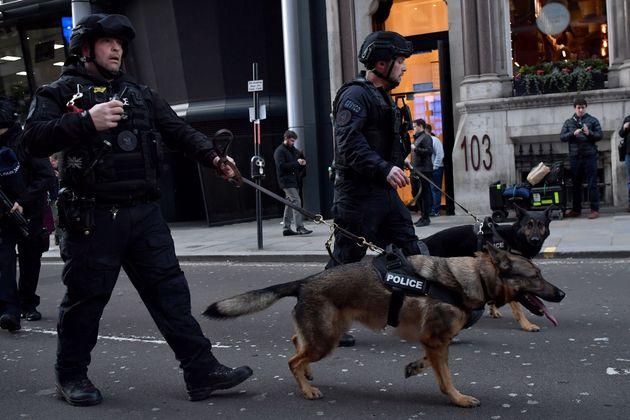 영국 런던 브리지에서 흉기 테러가 발생해 두 명이