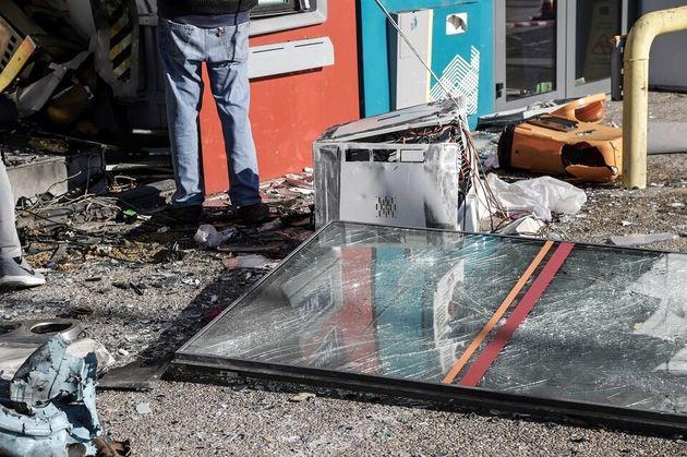 Εισβολή σε τράπεζα στα Βριλήσσια με ΙΧ - Ανατίναξαν δύο