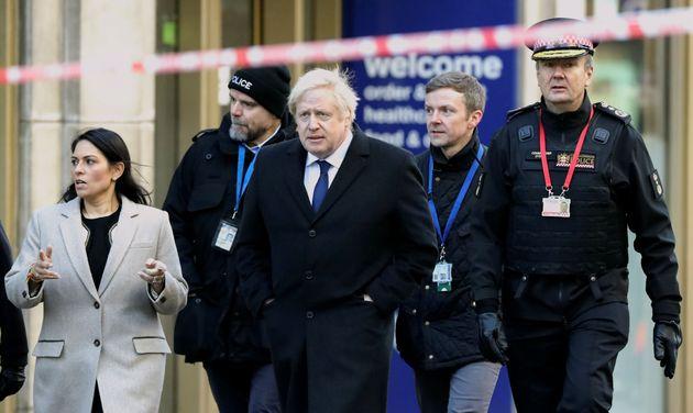 En réponse à l'attentat de Londres, Johnson (ici sur les lieux du drame le 30 novembre)...