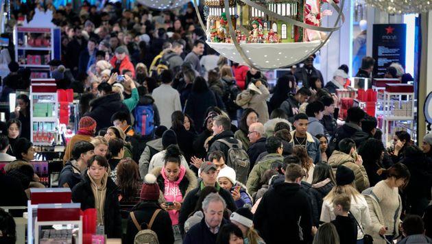 Des gens font des emplettes au grand magasin Macy's lors des ventes du Vendredi fou, le vendredi 29 novembre...