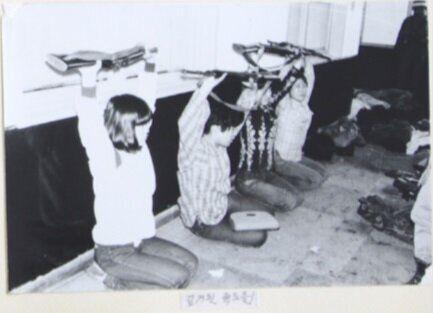 보안사가 공개한 사진 중 일부. 사진 속 여학생들이 총을 든 채 무릎을 꿇고 있다.(박지원 의원실