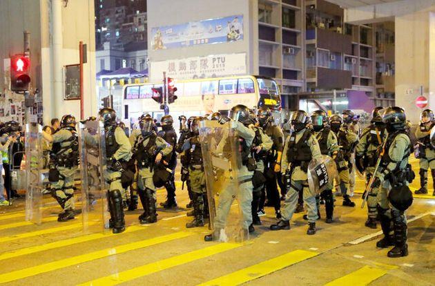 抗議活動を取り締まる香港の警察隊==2019年11月30日、香港、ロイター