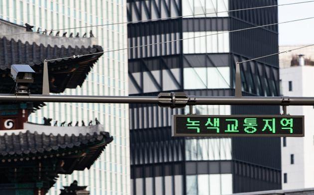 12월 1일부터 배출가스 5등급 차량의 진입이 금지되는 녹색교통지역인 서울 중구 숭례문 앞에 26일 오후 5등급 차량을 단속할 카메라가 설치돼있다. 녹색교통지역은 옛 서울 한양도성...