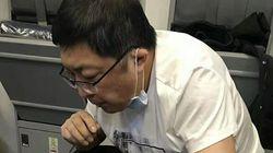 한 중국 의사가 소변을 빨아내 비행기서 노인을