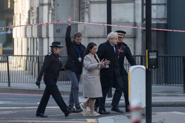 Γέφυρα του Λονδίνου: Θρήνος για το 25χρονο θύμα, ύμνοι για τον κατάδικο ήρωα που αφόπλισε τον