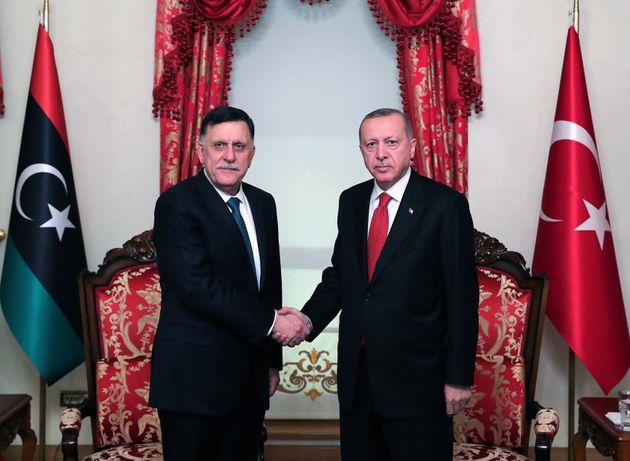 Ο Τούρκος πρόεδρος Ρ.Τ. Ερντογάν κατά τη συνάντησή του με τον πρόεδρο του του Προεδρικού Συμβουλίου της Κυβέρνησης Εθνικής Ενότητας της Λιβύης Φαγιέζ αλ Σαράτζ (27 Νοεμβρίου 2019. (Photo by Mustafa Kamaci/Anadolu Agency via Getty Images)