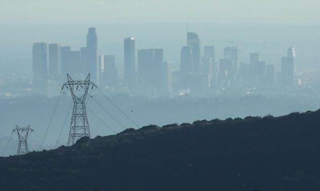 Les bâtiments du centre-ville de Los Angeles sont partiellement obscurcis en fin d'après-midi,...