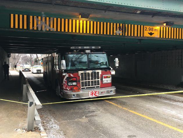 Un camion de pompiers est coincé sous un pont après avoir été volé à Winnipeg, le vendredi 29 novembre
