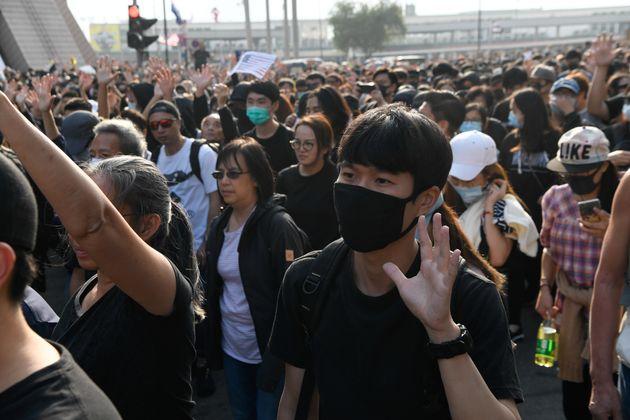 Les manifestants antigouvernementaux montrent cinq doigts pour leurs cinq revendications lors du rassemblement...